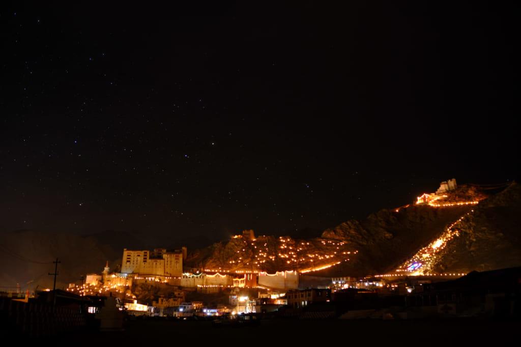 ガンダン・ナムチョ。灯明の光に包まれるレーの街。(撮影:小貝宏様)