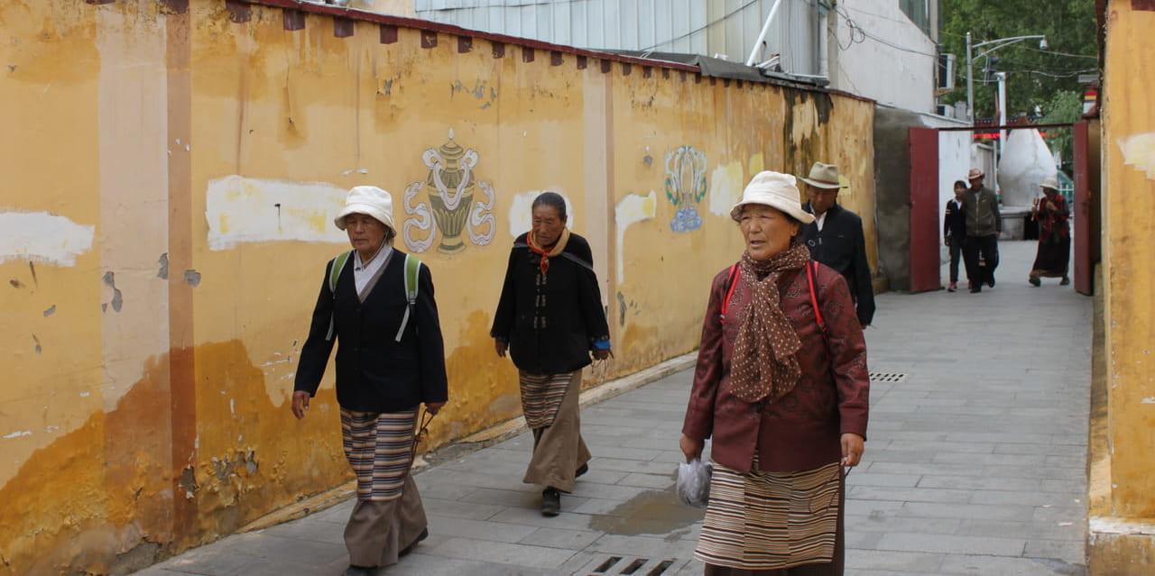 チャムチャム(散歩)するおばあちゃん(ラサにて)
