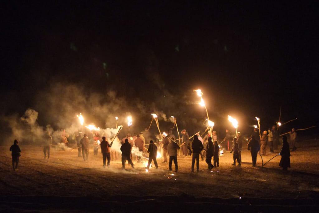 大晦日の夜に男性が松明を持って集まる「メト(火)」の儀式。(写真:小貝宏様)