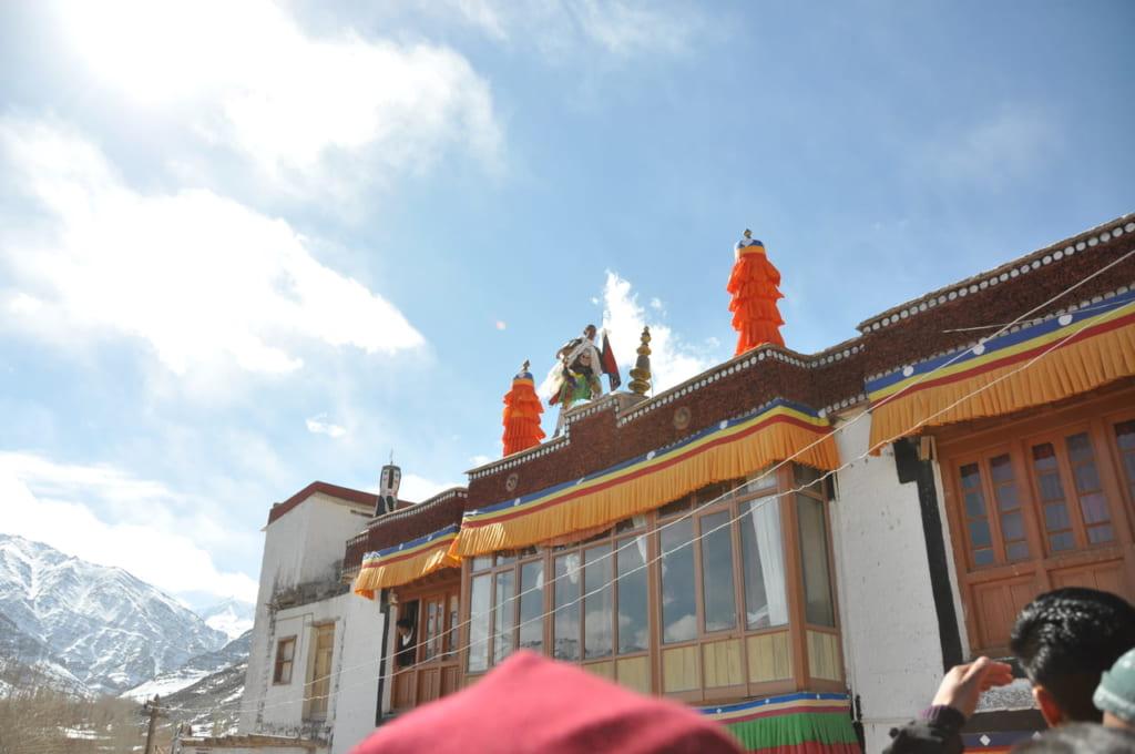 ストク・グル・ツェチュ。屋根の上を走る神降ろし中のシャーマン(撮影:西田愛様)