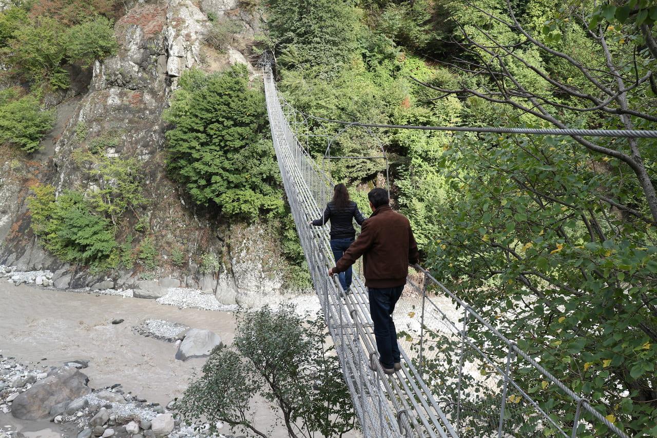 ラフジェへの道の途中の吊り橋を渡る(アゼルバイジャンにて)