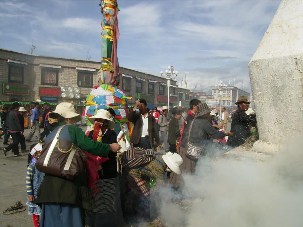 ジョカン寺前でサン(香木)を炊く巡礼者