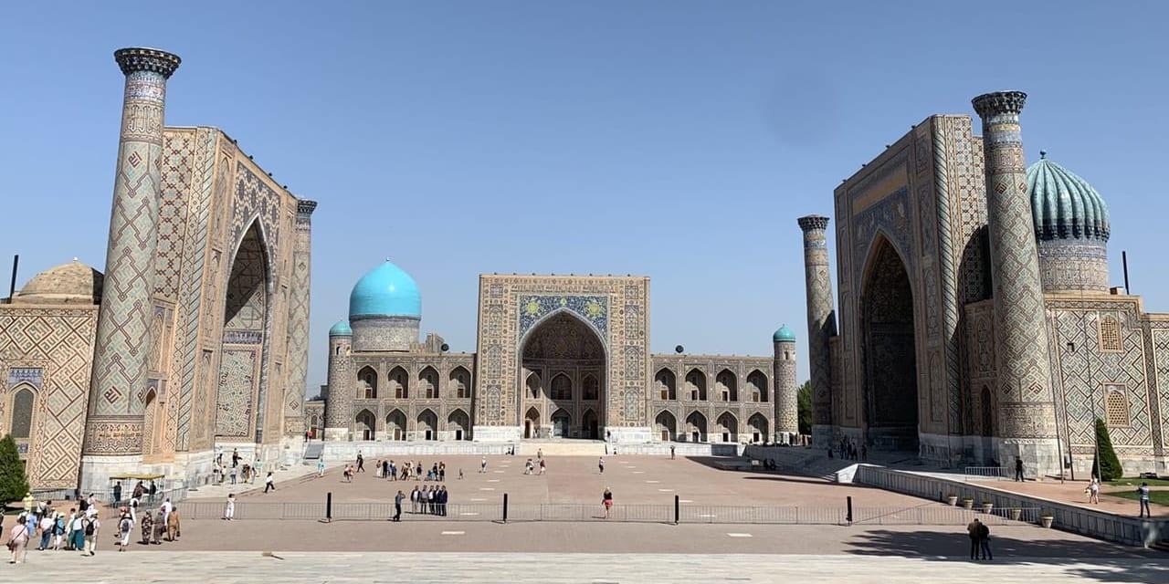 青が美しいサマルカンドのレギスタン広場