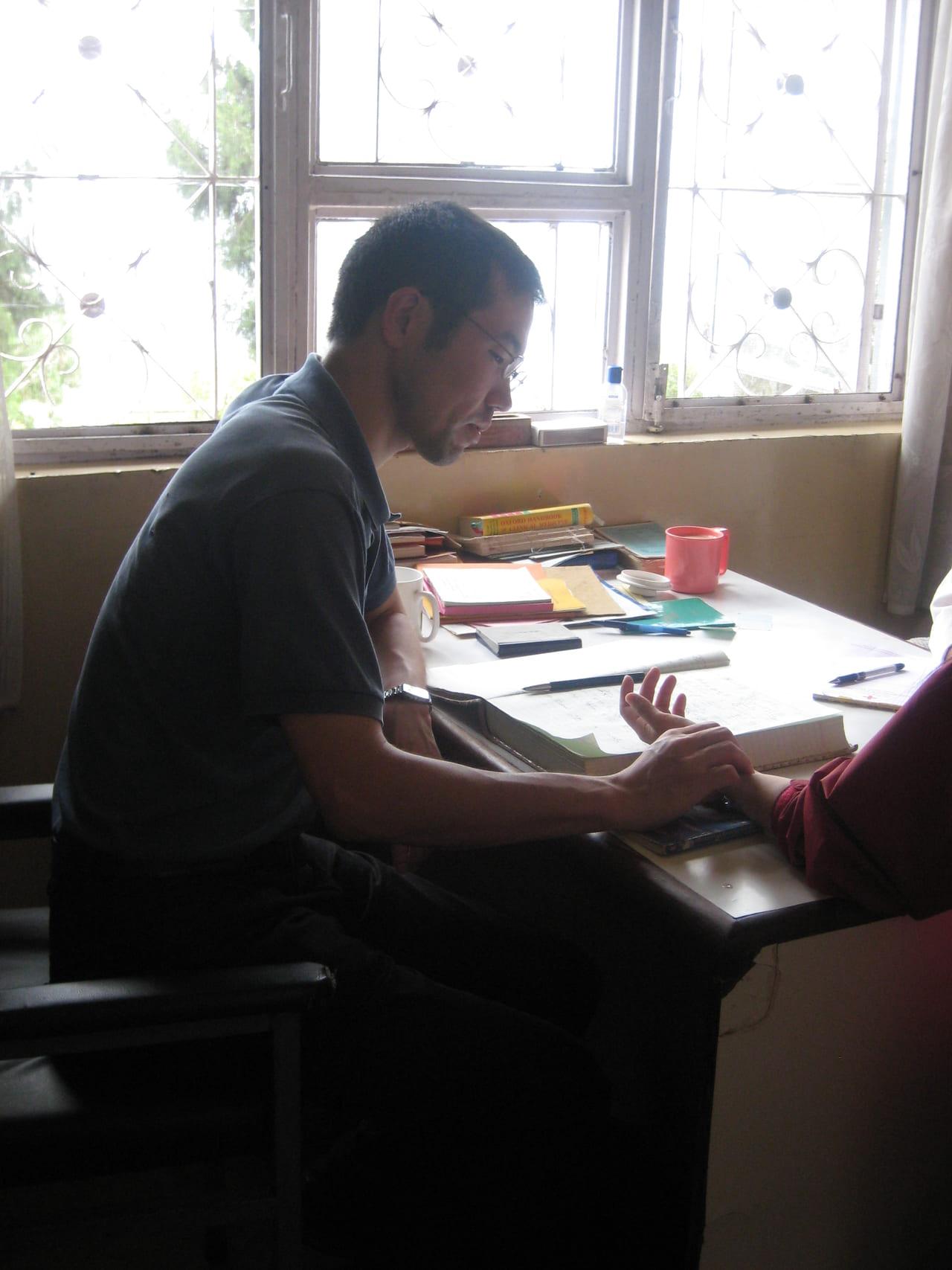 脈診をする筆者 2008年