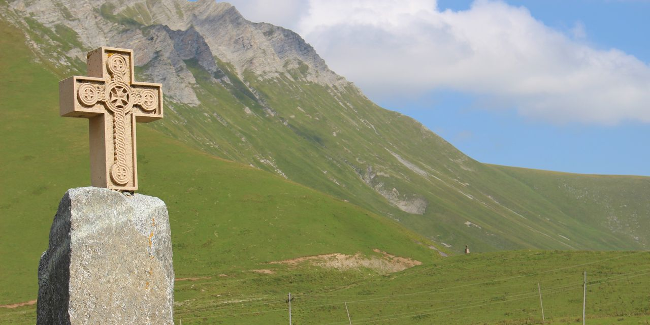 ロシアに続くジョージア軍用道路にある十字架峠