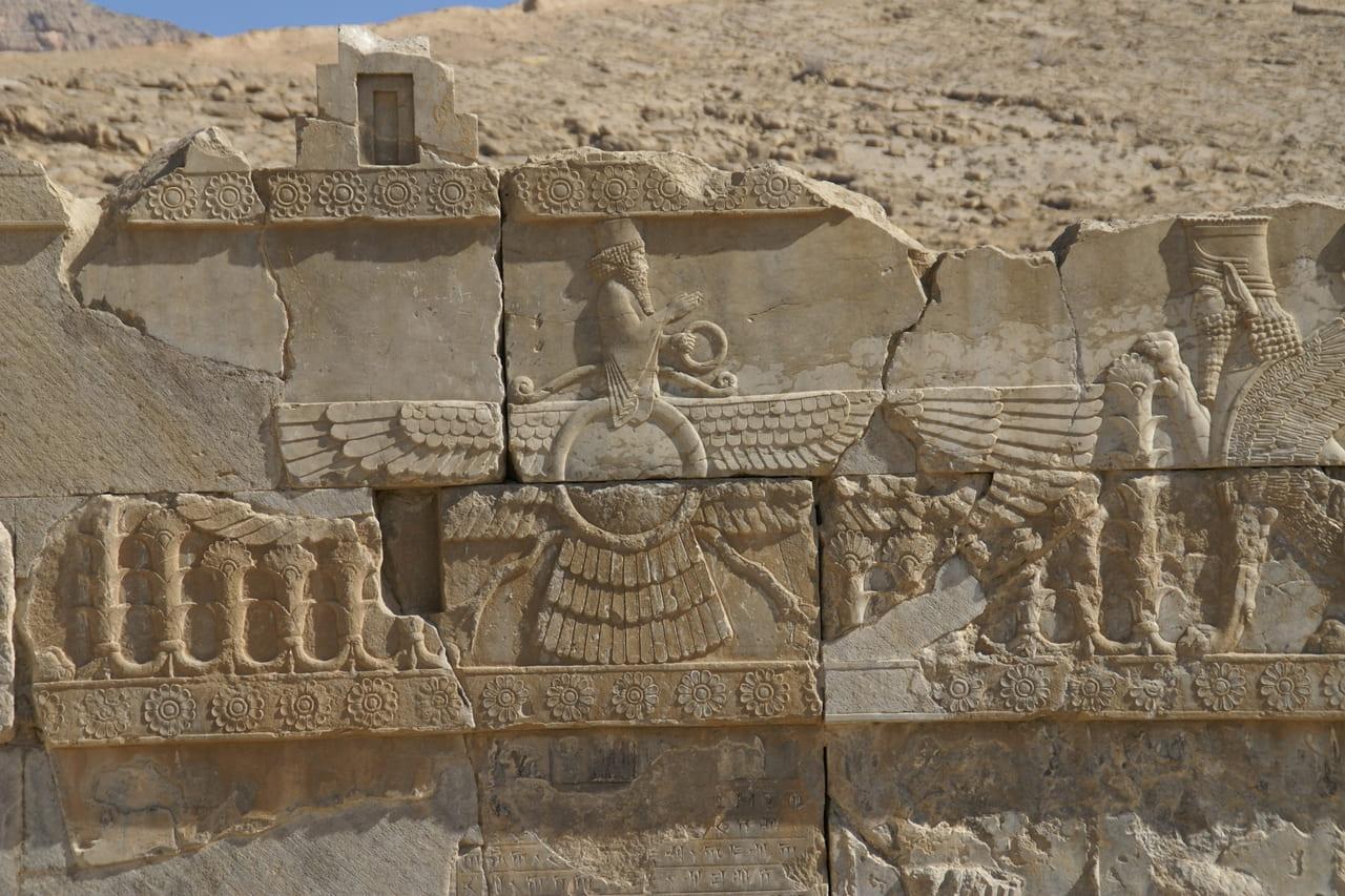 ゾロアスター教の守護神が彫られた壁