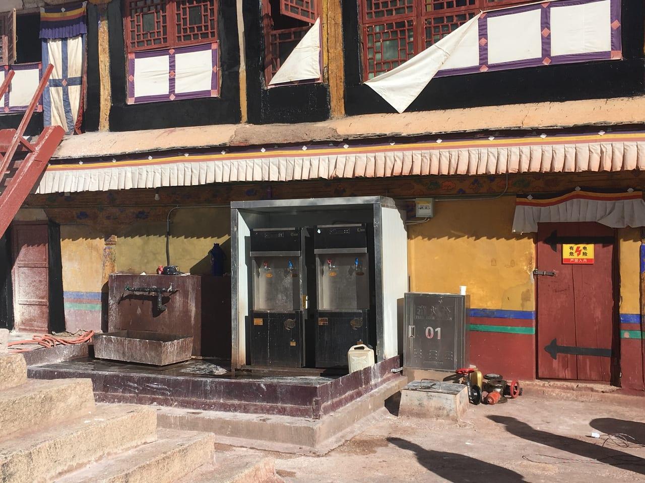 デヤン・シャル広場の給湯器