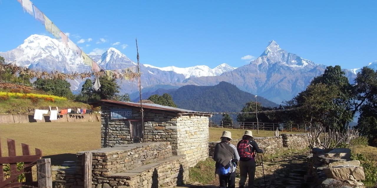 聳える山々を見ながらのダンプスハイキング