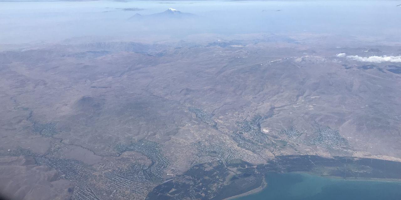 アルメニアのセヴァン湖上空からアララト山を望む