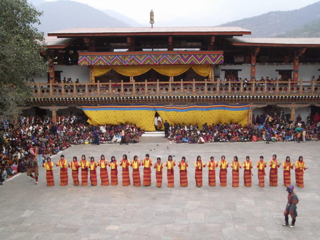 村娘たちによる歌と踊り。プナカでは踊り手の衣装を揃えていて見た目にも美しい