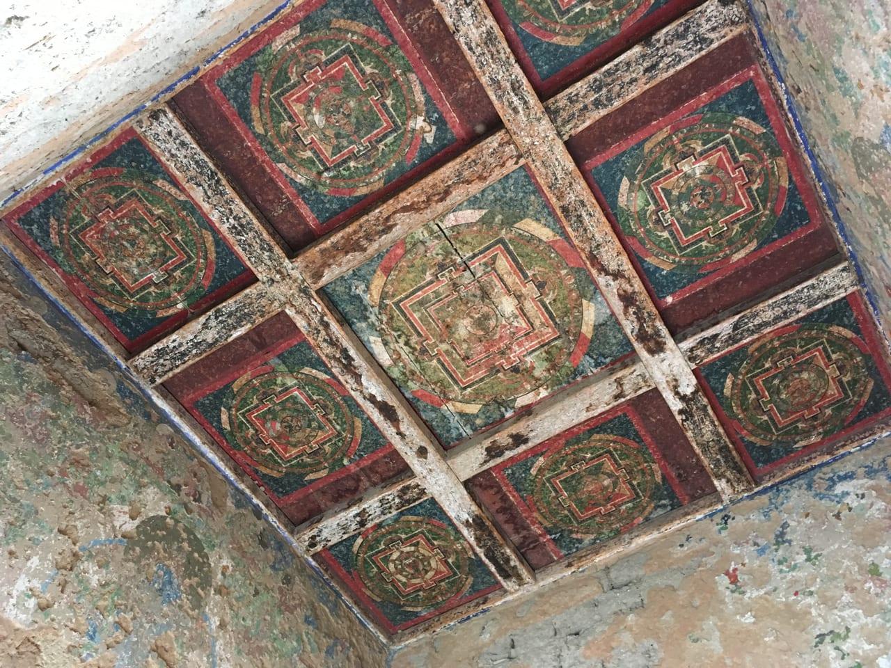 チョルテンの天上に描かれた曼荼羅