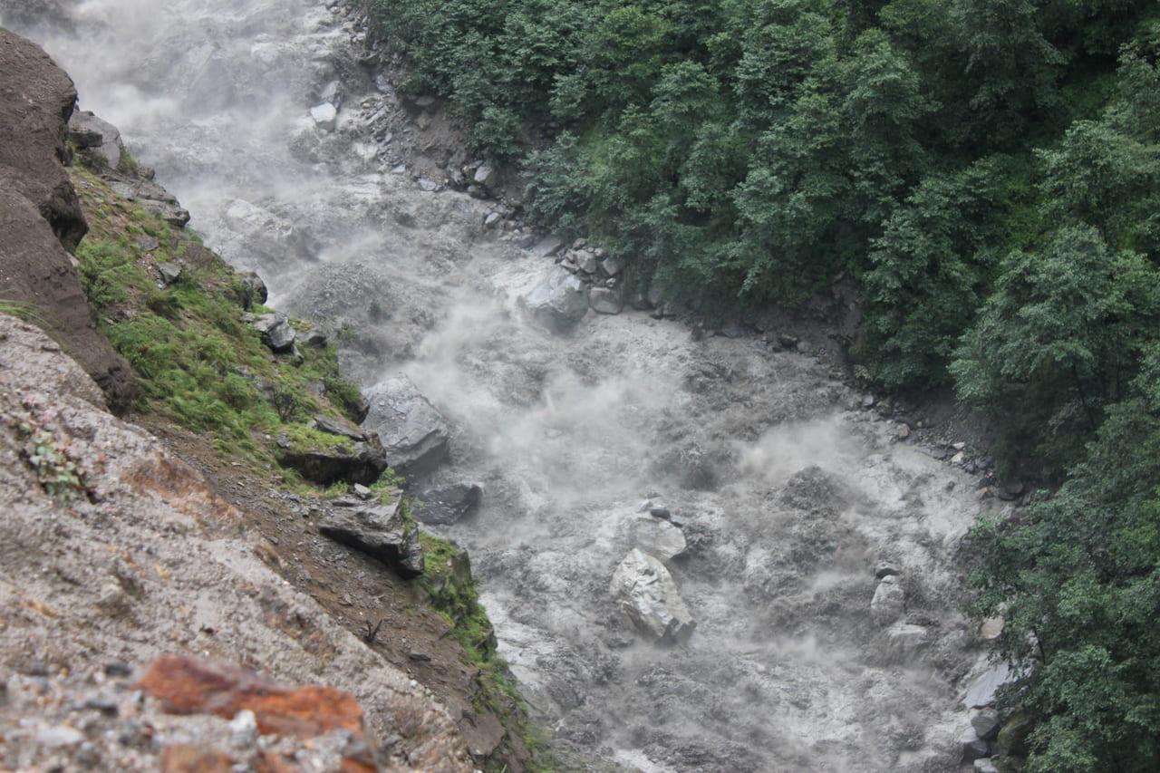 ゴウゴウと流れる川
