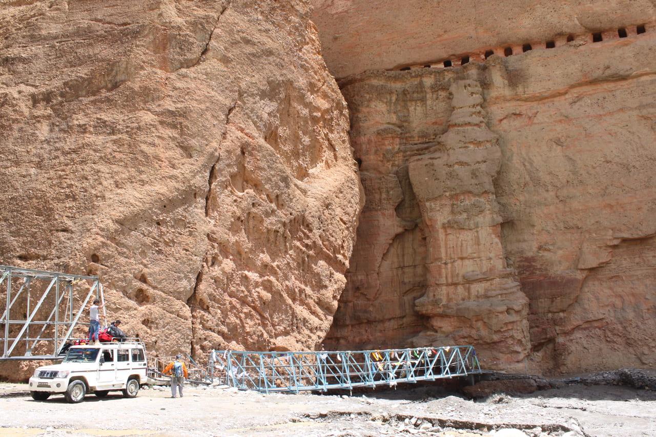 手前の岩は巨大な一枚岩 上には瞑想窟の跡