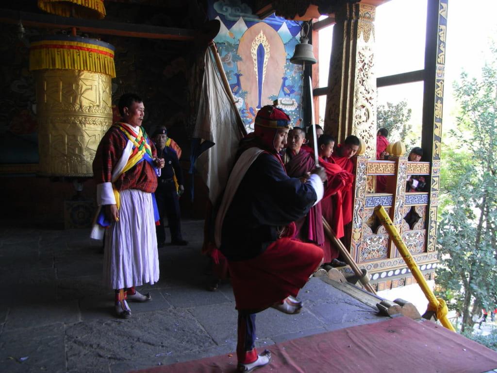 パサップが剣舞をしながらゾンから出陣する様子。この後踊りながらゆっくり階段をおりていく