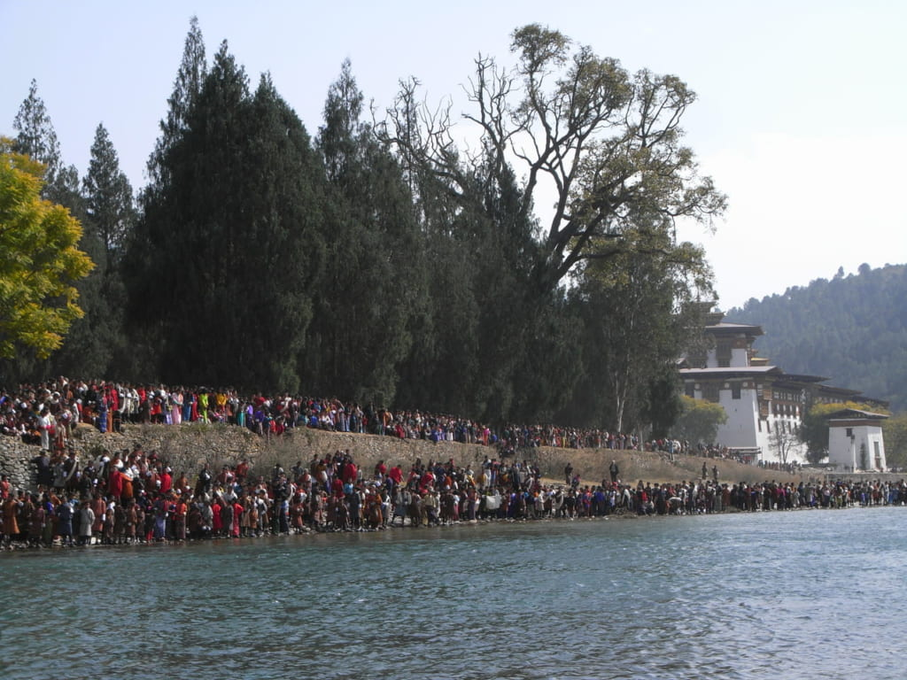 セルダ(僧侶達による絢爛行列)を一目見ようと集まった人々