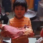 カレーの材料。お肉は凍った牛の太ももから切り出します。
