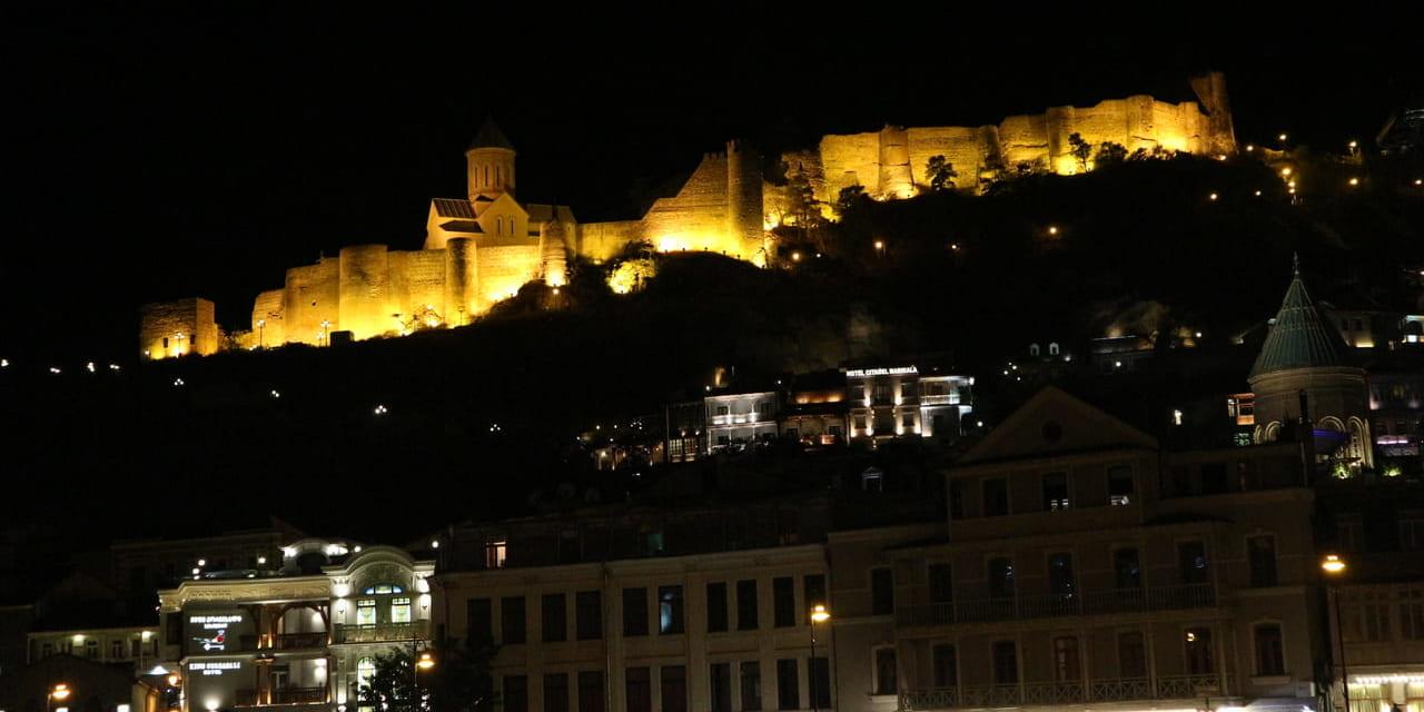 トビリシの旧市街裏にそびえるナリカラ要塞夜景(ジョージア)