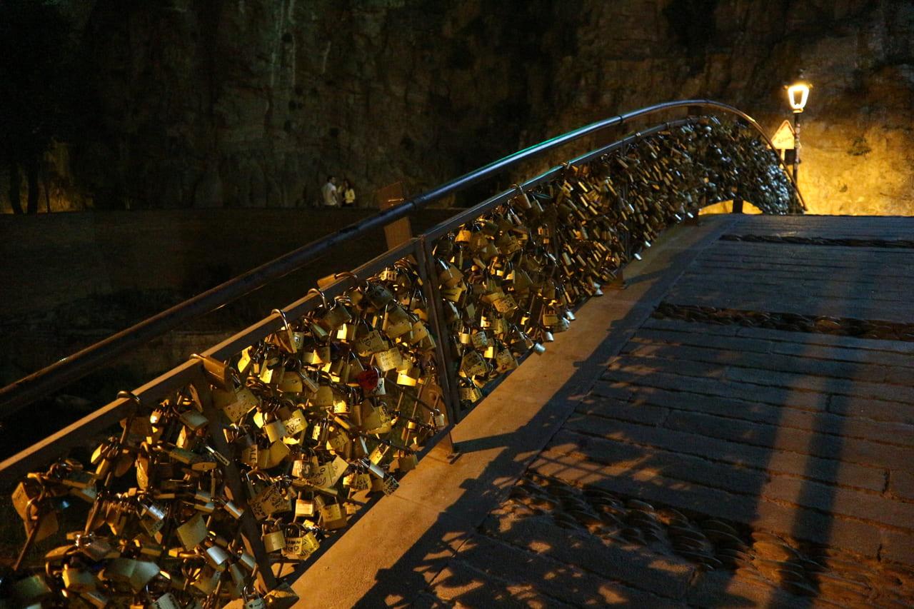 トビリシ旧市街の奥にある謎の橋