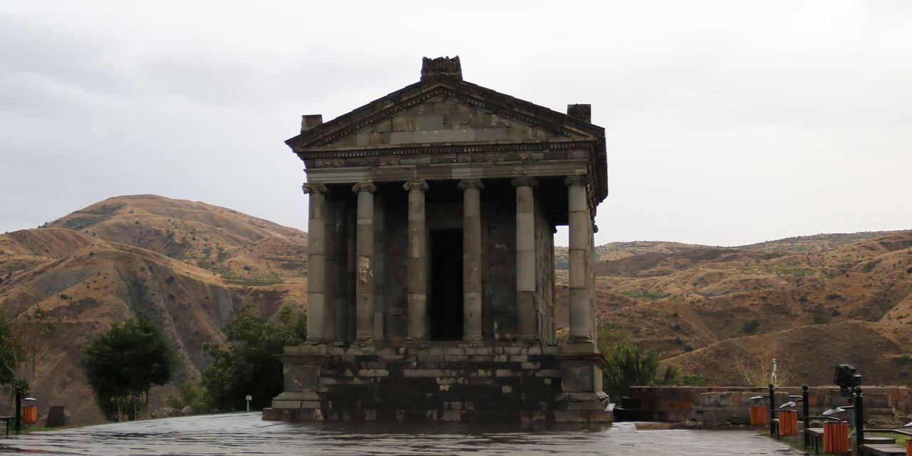 雨にけぶるガルニ神殿(アルメニア)
