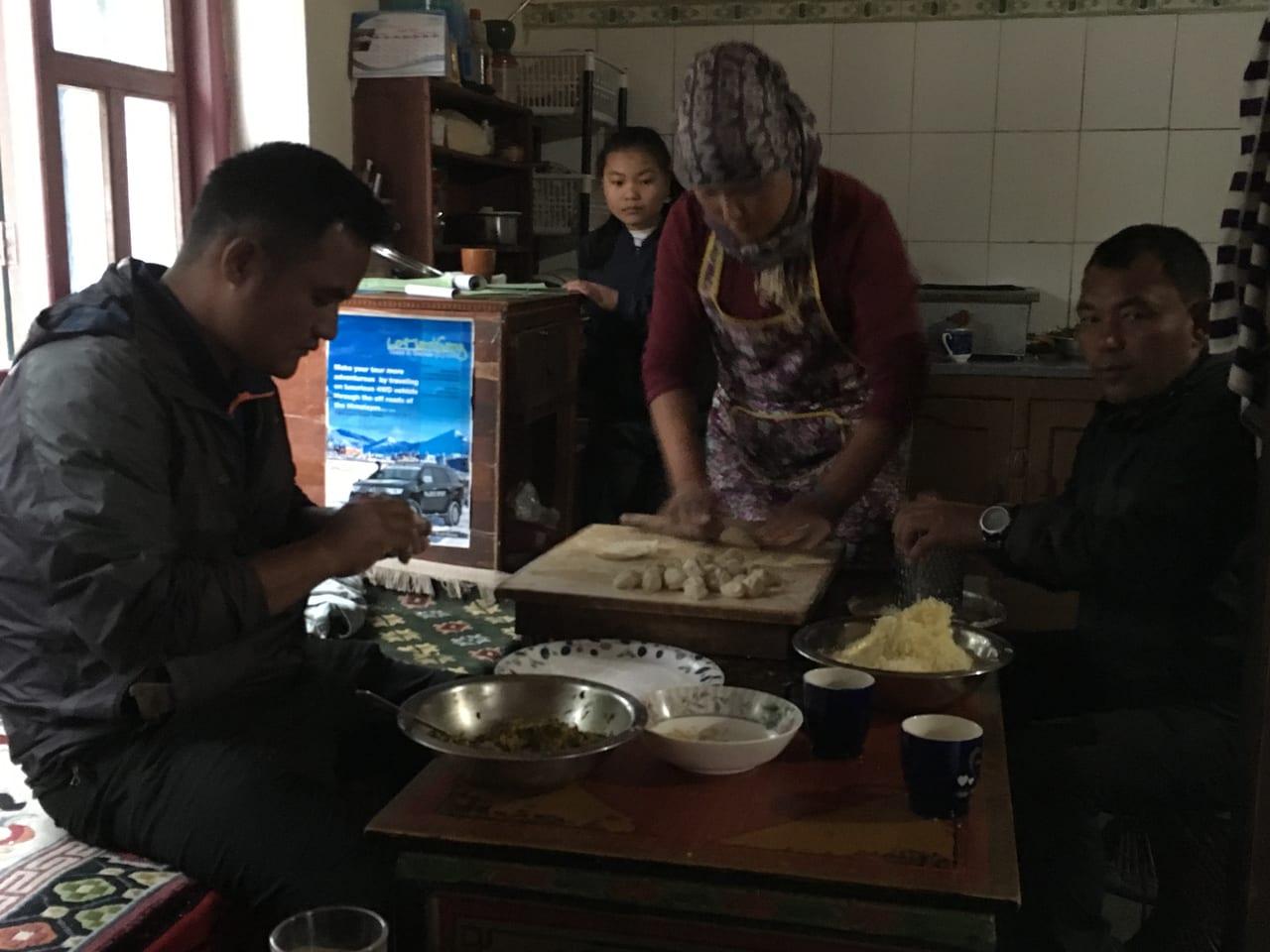 料理を作るサブガイドと宿の女将さん