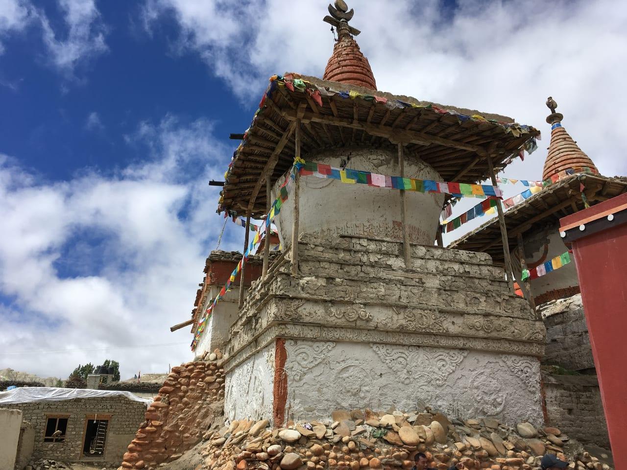 城壁の外の仏塔