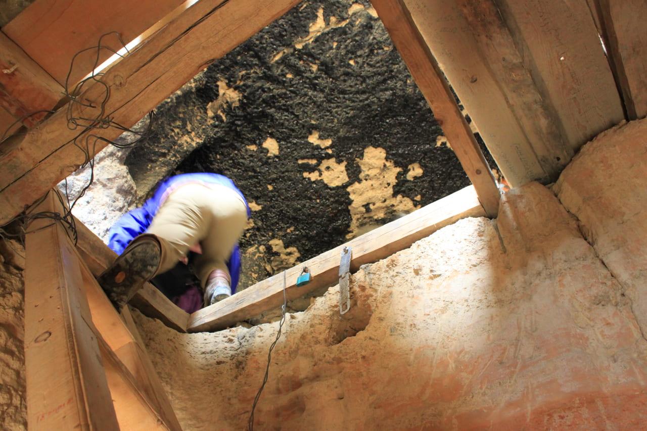 狭い階段を登る 天井は煤で真っ黒だ