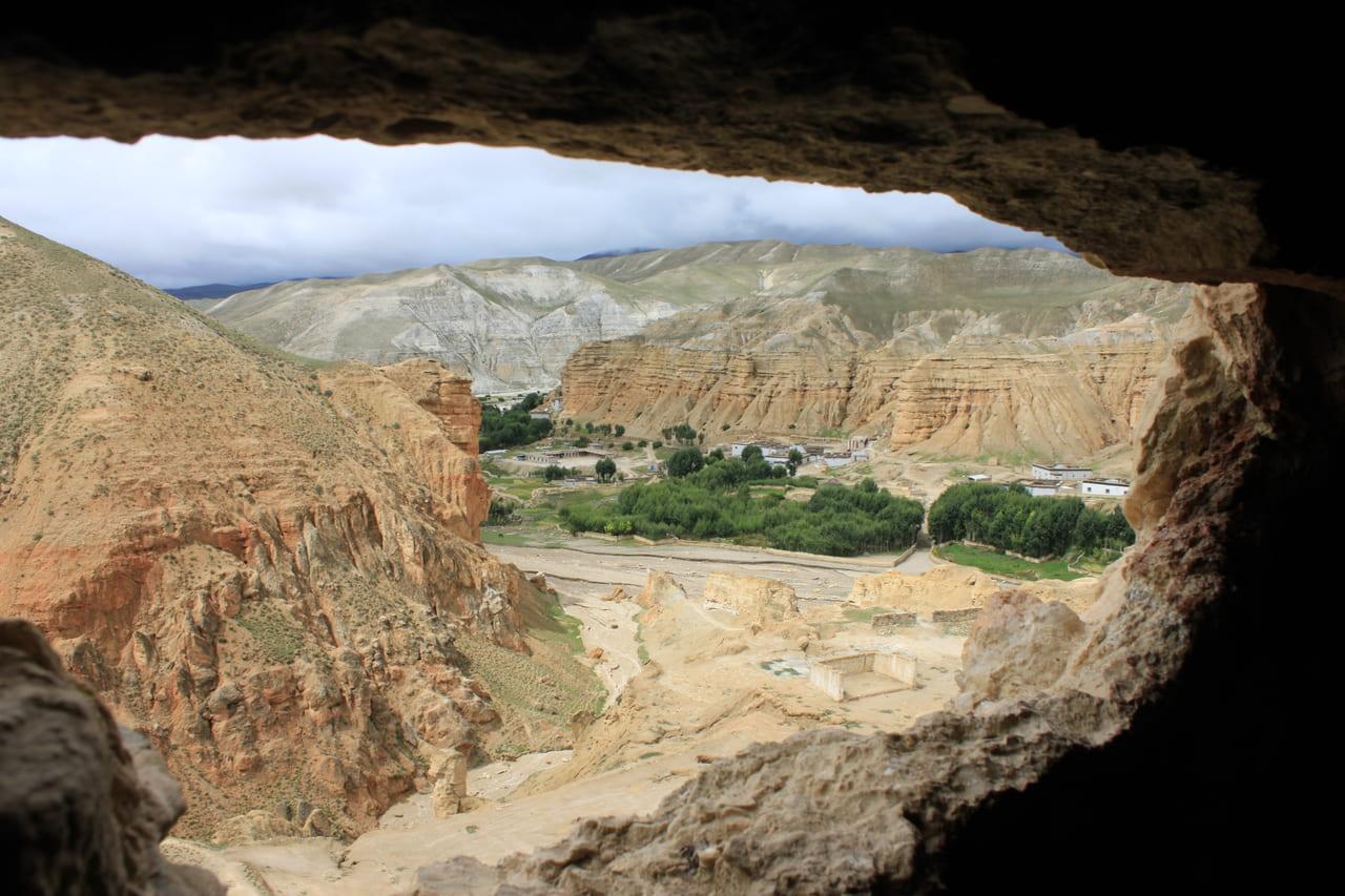 洞窟の「窓」から見た下界の風景