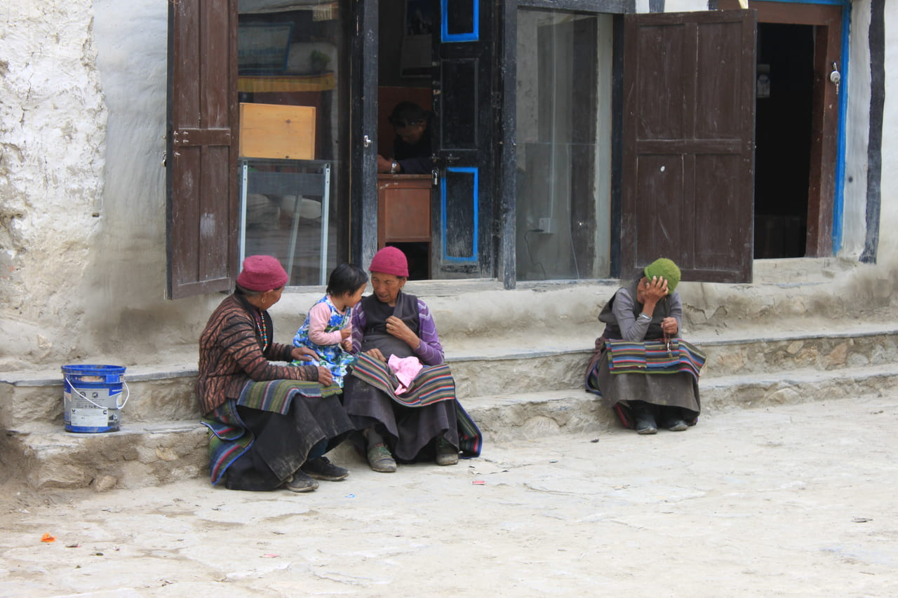 街にはおばあさんと子供が目立ちます