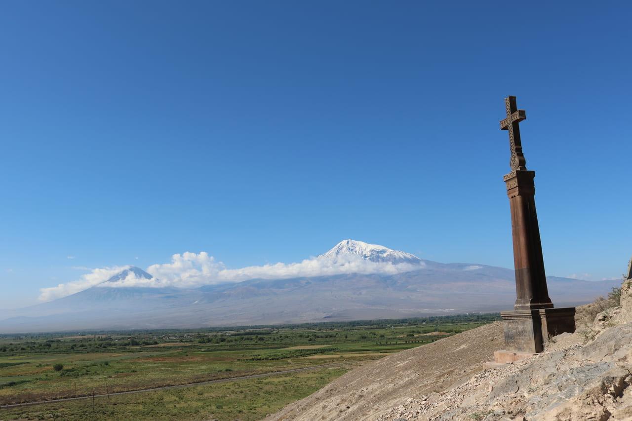 ノアの箱舟伝説で知られる大アララト山(右)と小アララト山(左)を望む