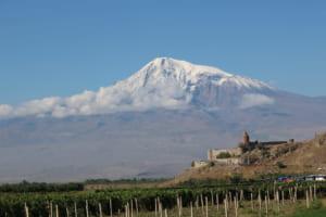 ノアの箱舟伝説で知られるアララト山とホルヴィラップ修道院