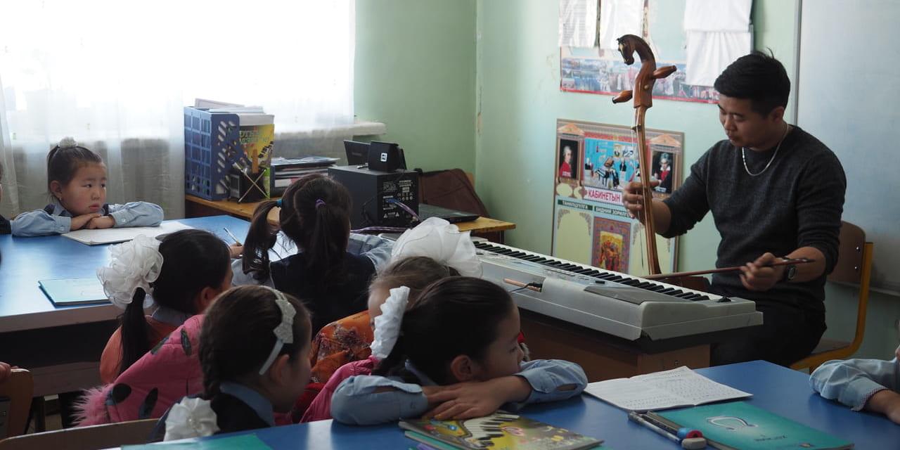 モンゴルの小学校で音楽の授業
