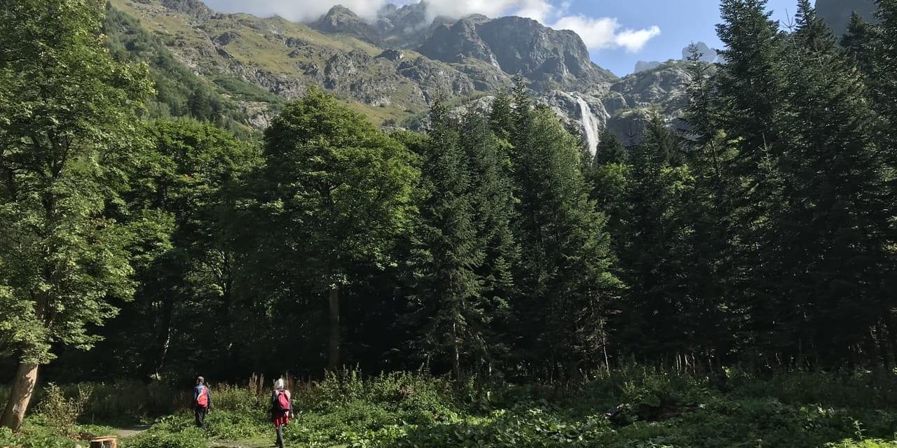 シュドゥグラの滝トレッキング 滝が見えてきた
