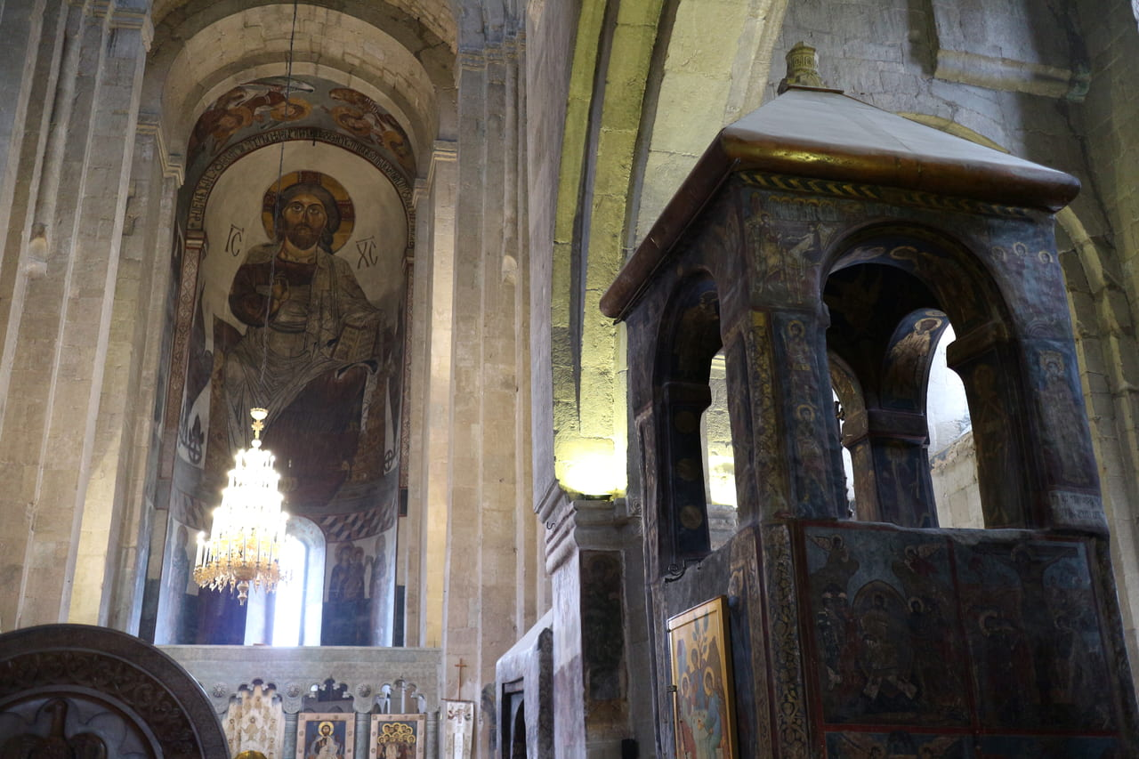 キリストが磔にされたとき着ていた外衣がこの下に埋められいるという教会内部(右)