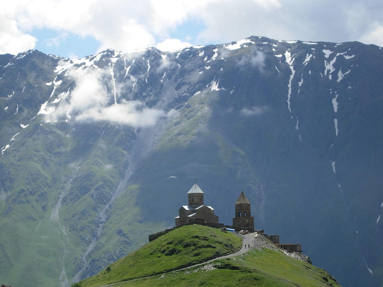 三位一体教会(ツミンダ・サメバ教会)は巨大な岩山を背景に絵になる教会です