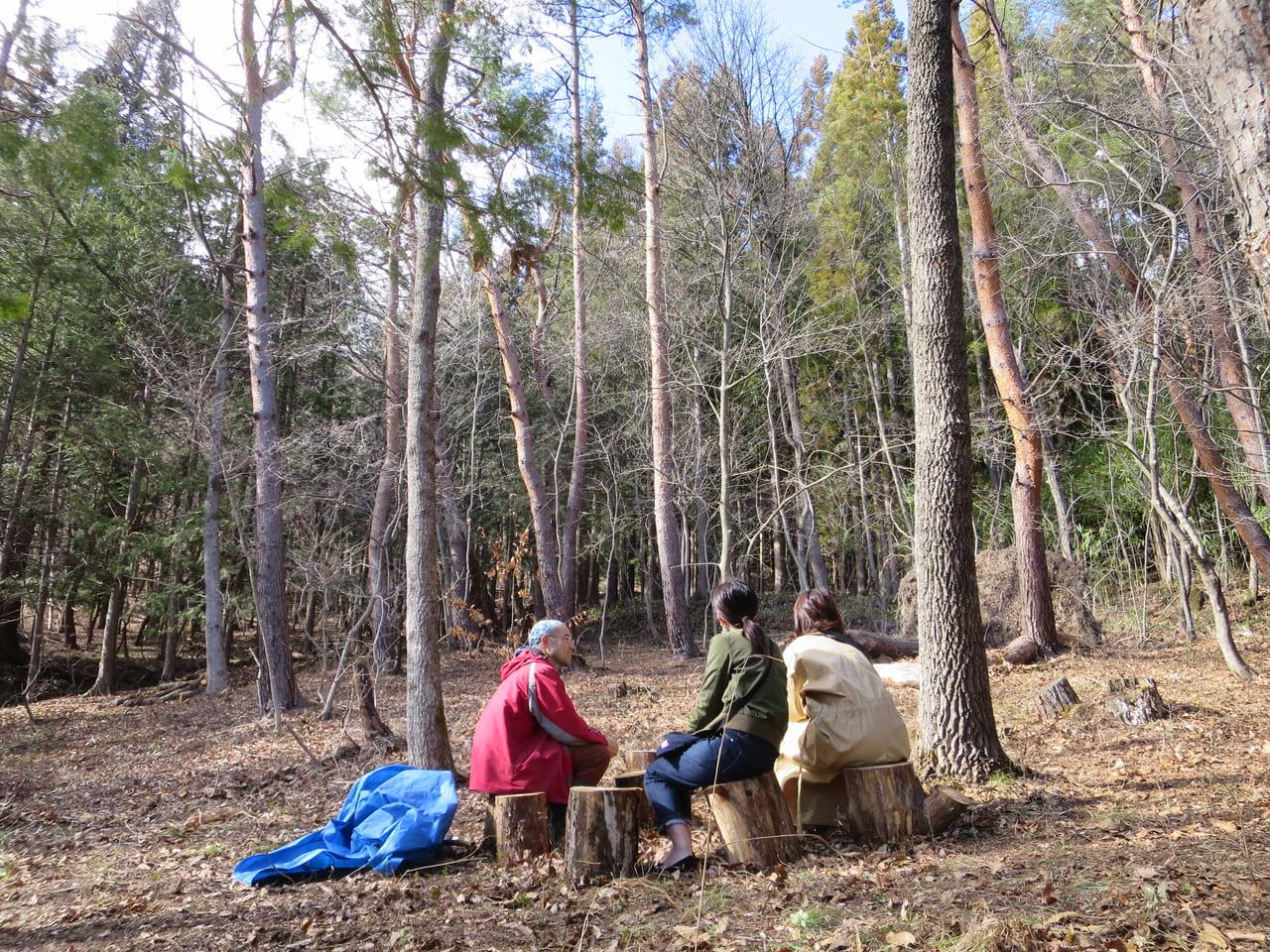 くすり塾の森でお客さんと語らう