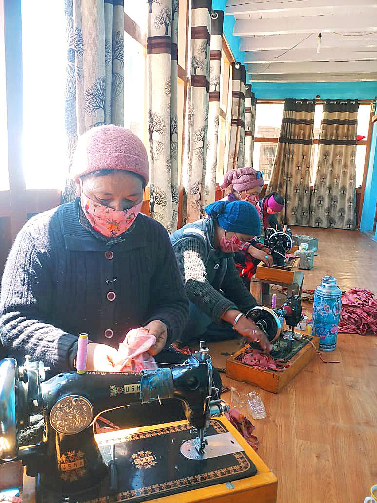 マスクを手作りしている女性たち