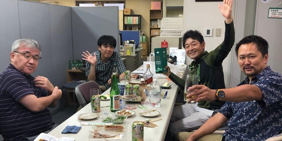 ソーシャルディスタンスを取りながら、中味は密な社内居酒屋(左から原、平野、荻原、風カルチャクラブの嶋田さん)
