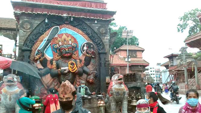 バイラブ神とマスク姿の歩行者たち