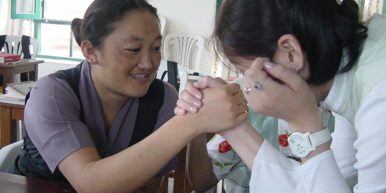 腕相撲する女生徒