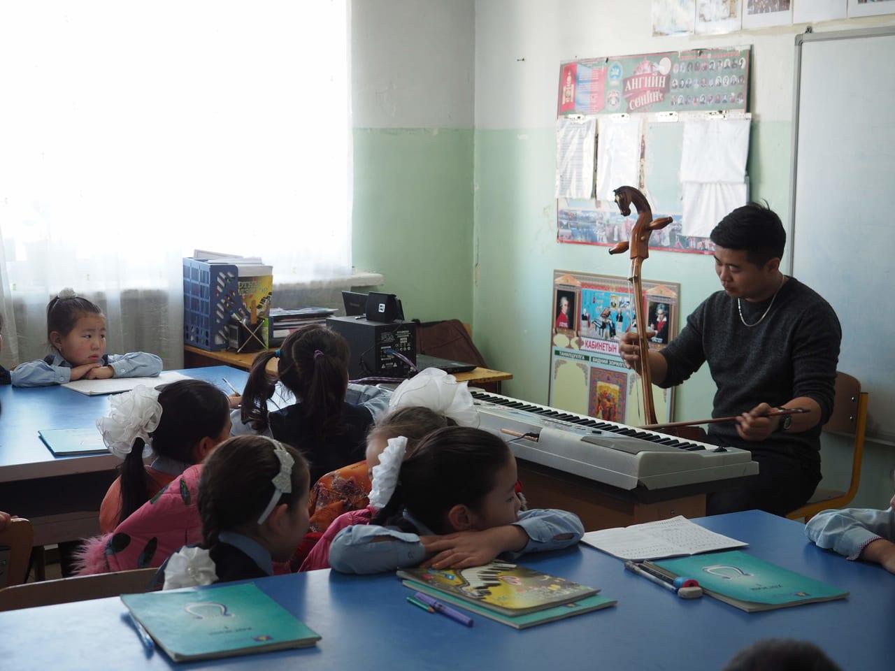 モンゴルのある村の学校の音楽の授業を見学させてもらいました。