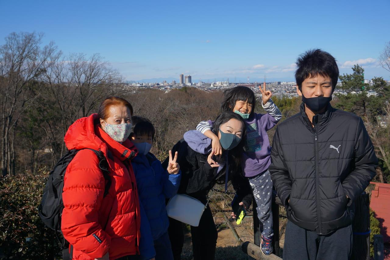 頂上から赤城山を遠くに記念写真