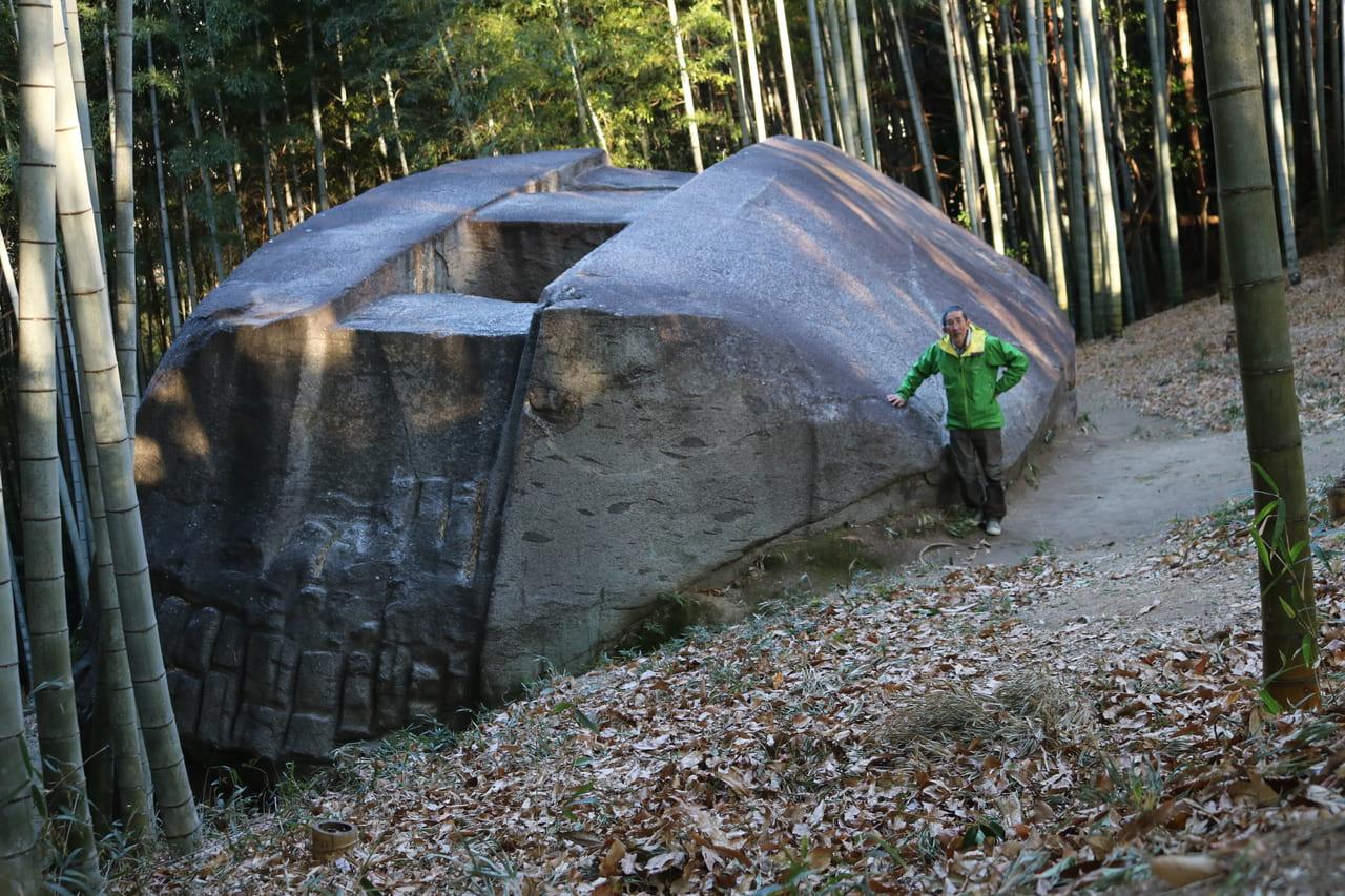 山中に転がる巨石に精巧な加工が(益田岩船)