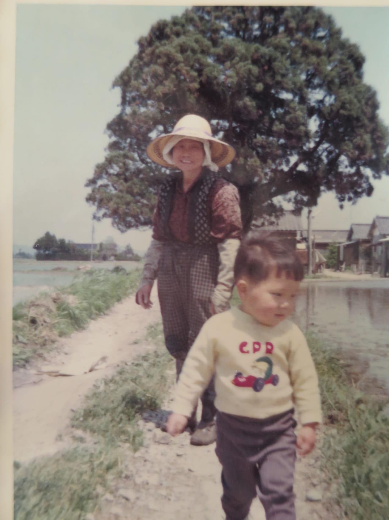 北側の御諏訪さんと祖母と兄