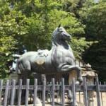 矢田坐久志玉比古神社境内の馬の像に描かれた矢