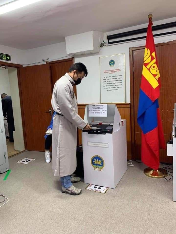 デールを着て選挙に参加しています
